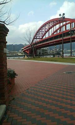 神戸港をバックに