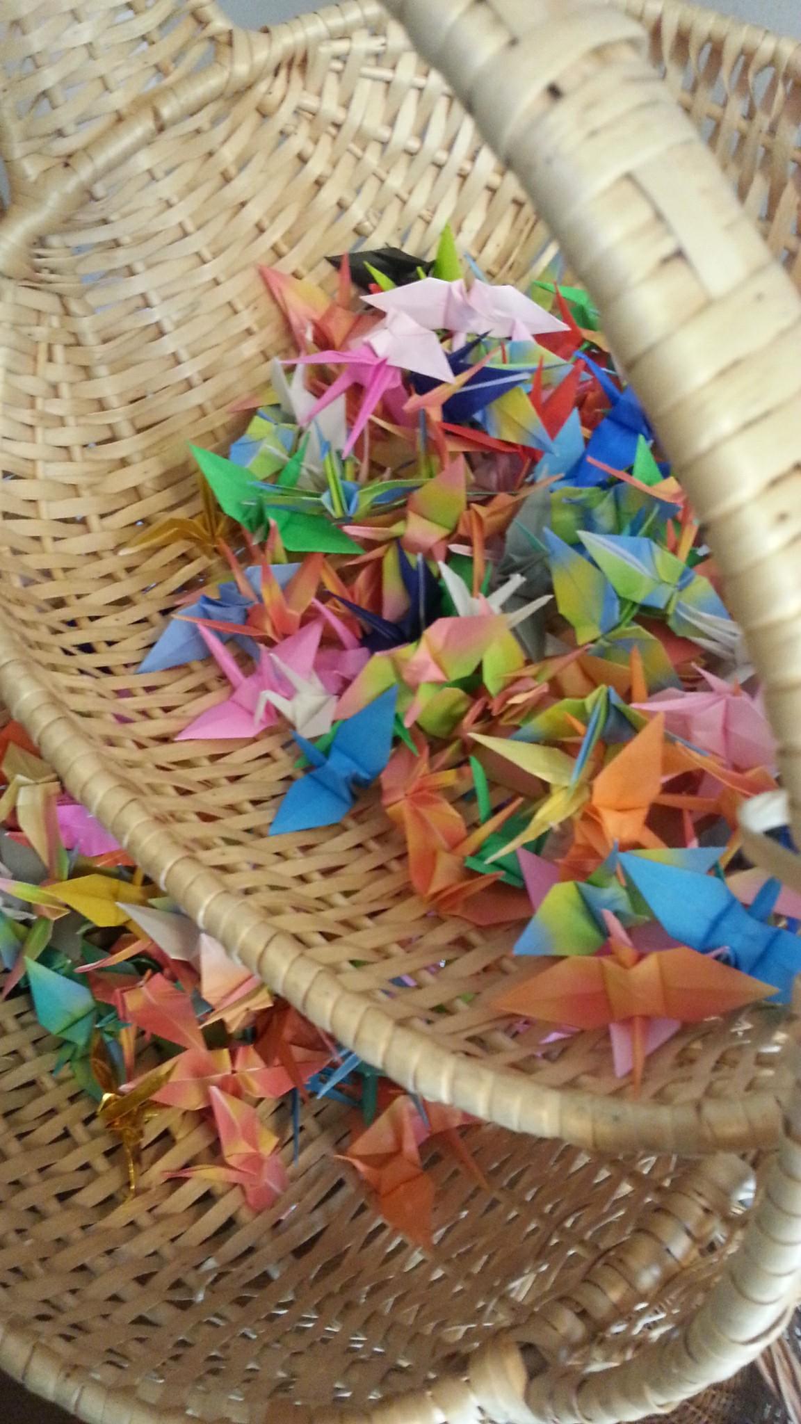 和装で折り鶴シャワー